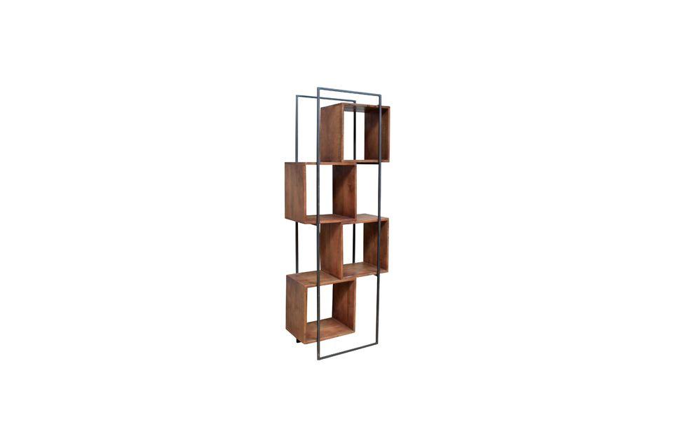 Contrastando entre una estructura metálica y cajas de madera de mango