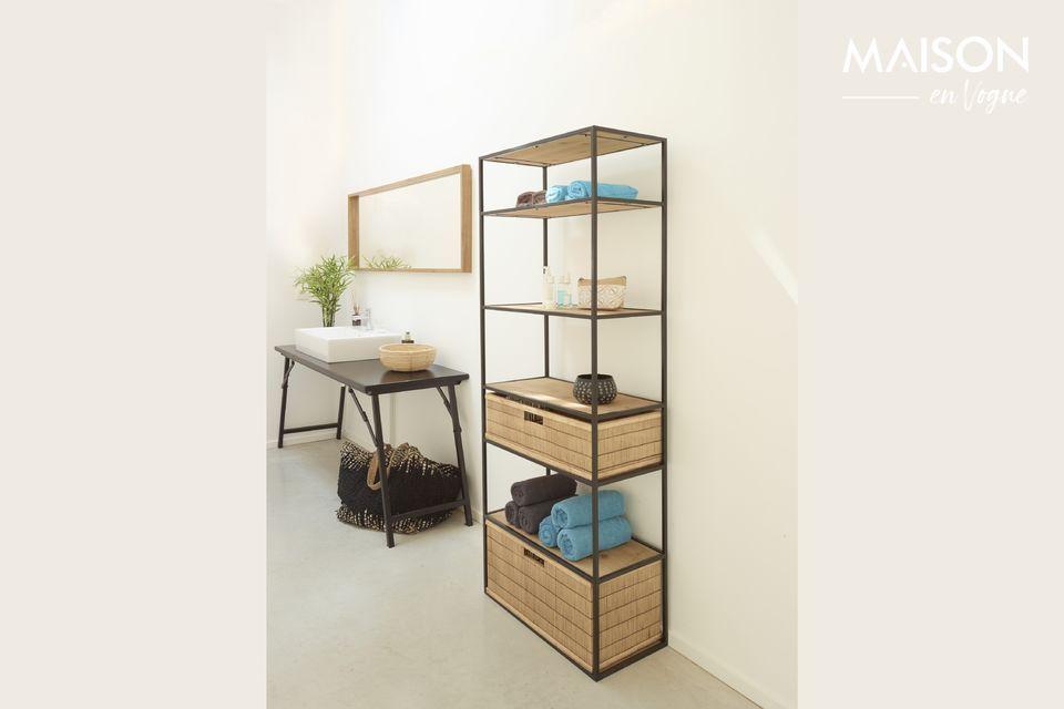 Un estante alto y moderno para el dormitorio o la sala de estar