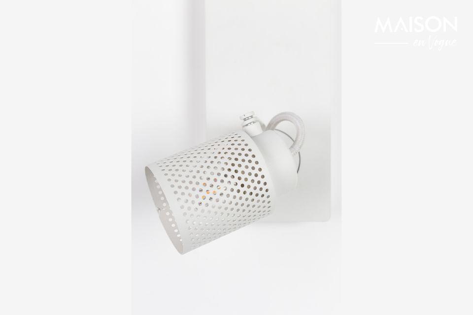 Este foco Sandy-2 en blanco de White Label Living tiene un diseño elegante que puede ser integrado