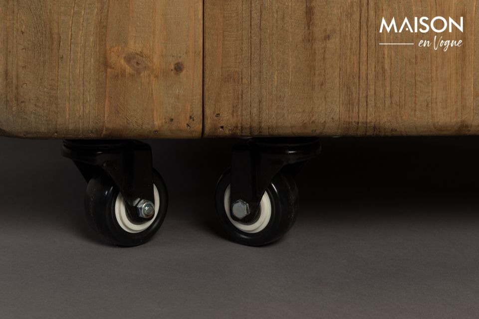 Con su aspecto de tronco realzado por ruedas que facilitan su desplazamiento