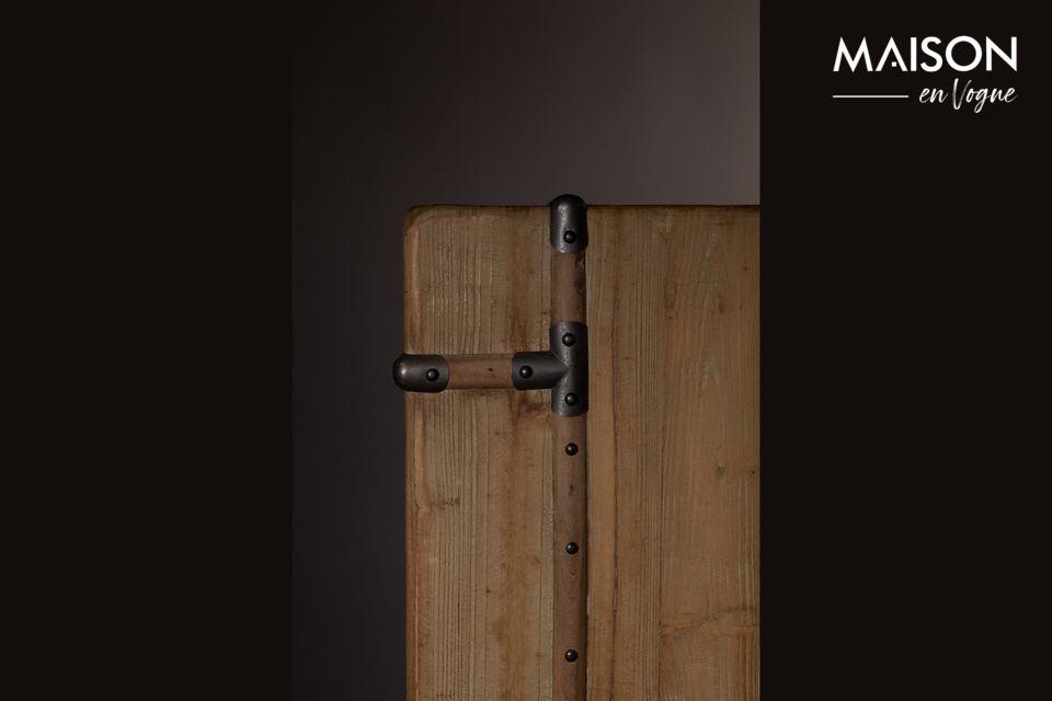Su madera neutra con un matiz natural se asocia con accesorios en bruto que son como muchos