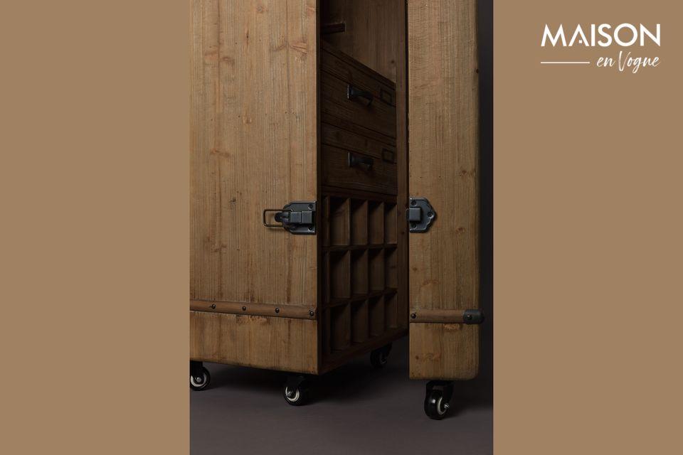 La puerta también incluye tres estantes adaptados para recibir los preciosos néctares