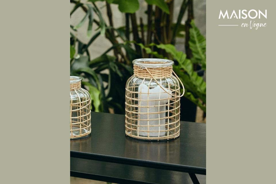 Esta linterna de bambú de 27 cm de largo tiene un mango tejido de color natural y un inserto de