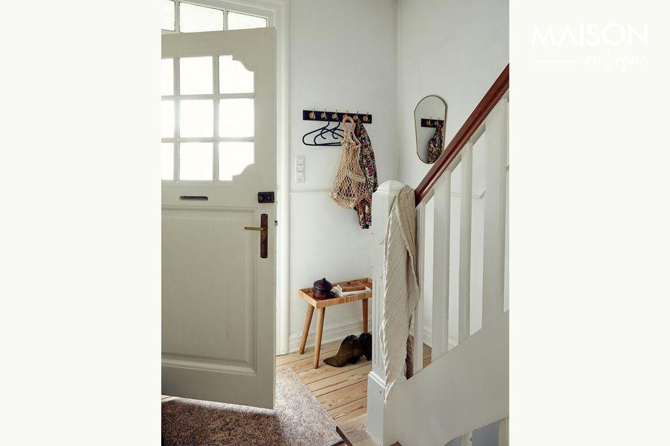 Una pequeña mesa auxiliar para dar un toque rústico en su casa