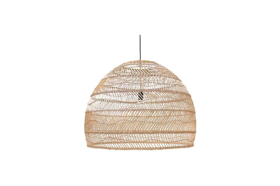 Esta luminaria está hecha de mimbre natural tejido en un color claro