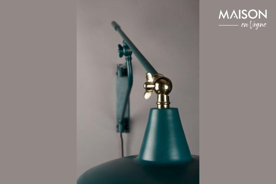 La lámpara de pared Héctor está hecha de hierro revestido de polvo y tiene un refinado diseño