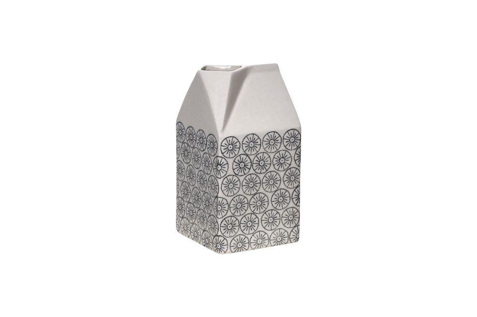 Una jarra de leche con un diseño caprichoso