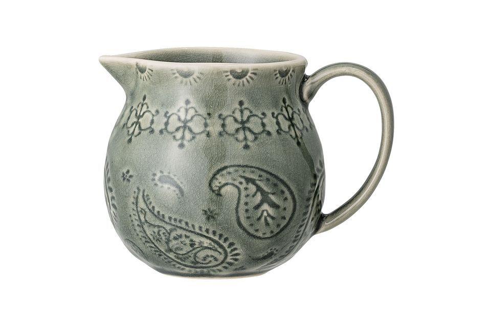 Una bonita y anticuada jarra de leche