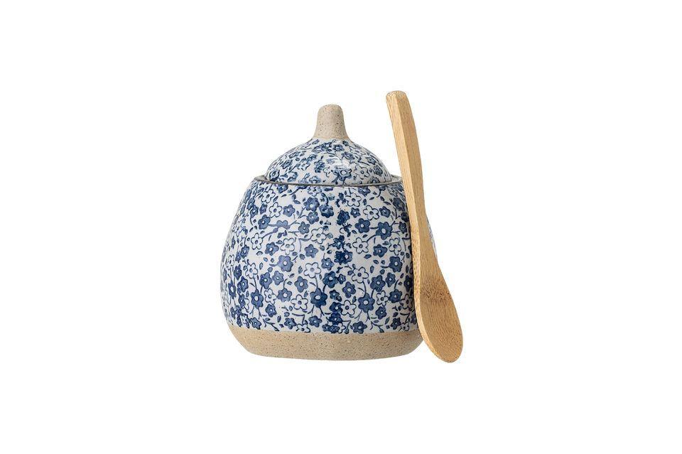 Su decoración floral en tonos azules les da un agradable estilo campestre