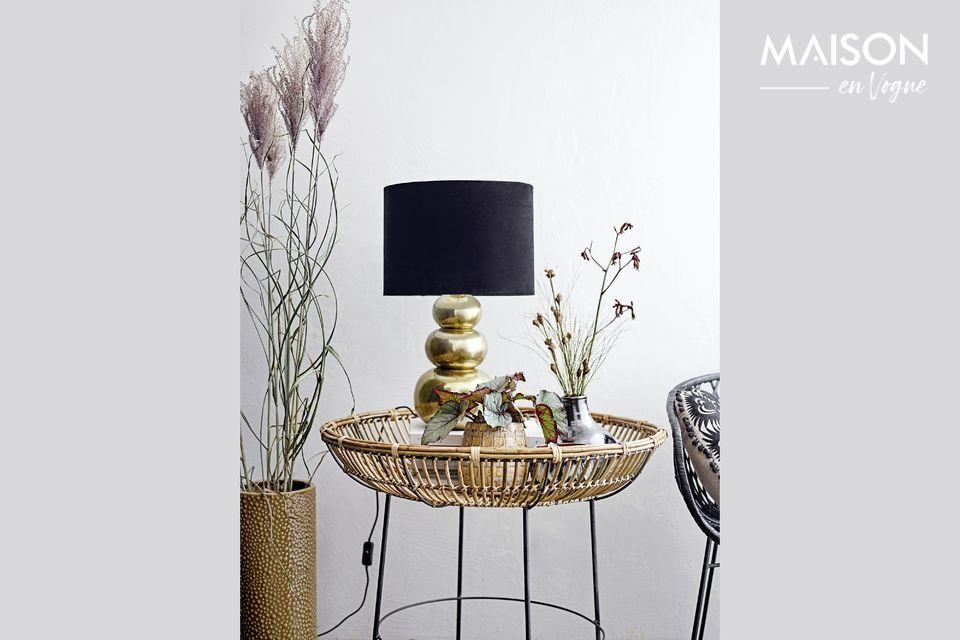Este bonito jarrón tiene una forma de ánfora regordeta con dos asas redondas y un cuello elegante