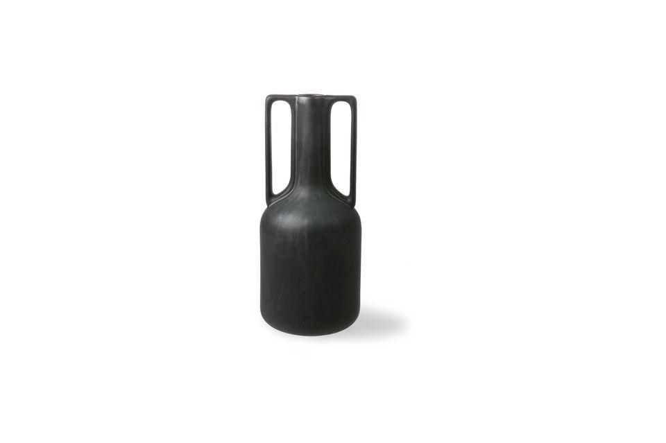 Este elegante jarrón de cerámica negra tiene dos asas para un aspecto encantador