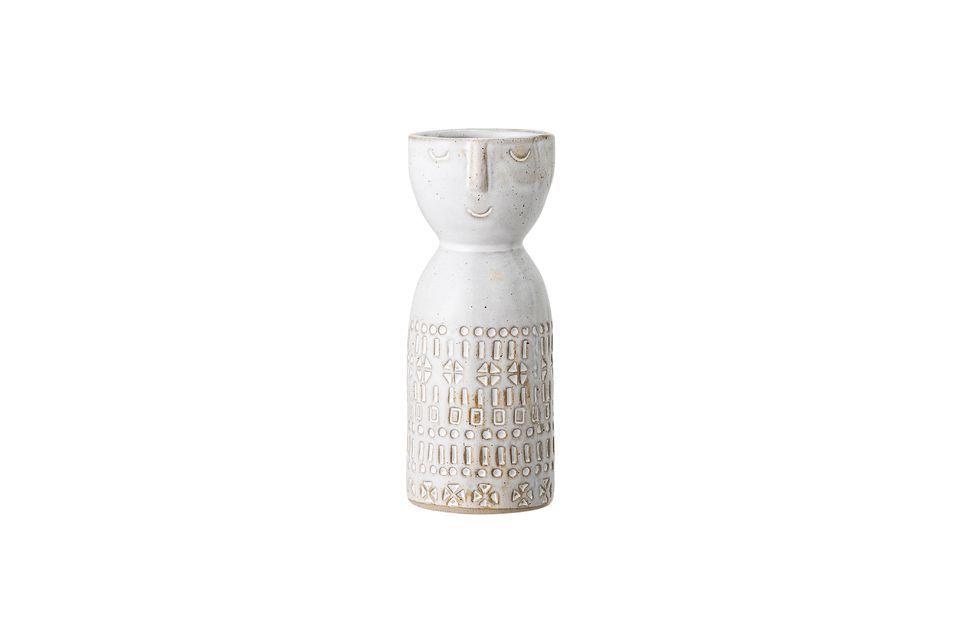 La parte superior del jarrón muestra una cara