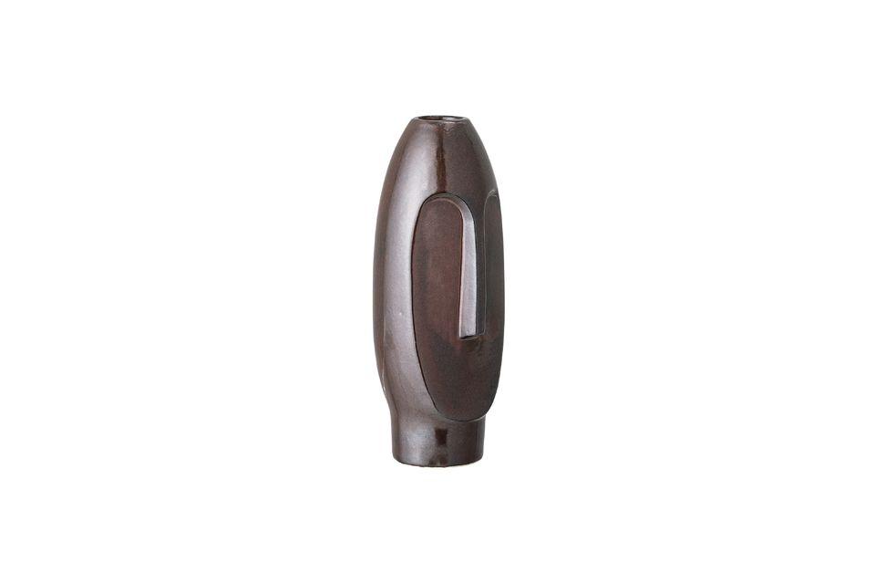 Este jarrón marrón en forma de estatuilla es decididamente moderno y totalmente original