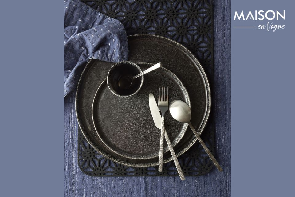 Pomax presenta un surtido de cubertería de diseño elegante con dibujos martillados en los mangos