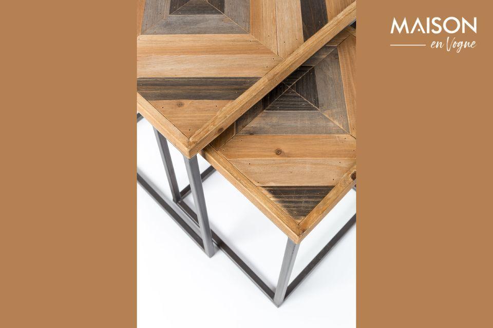 Pequeñas mesas anticuadas