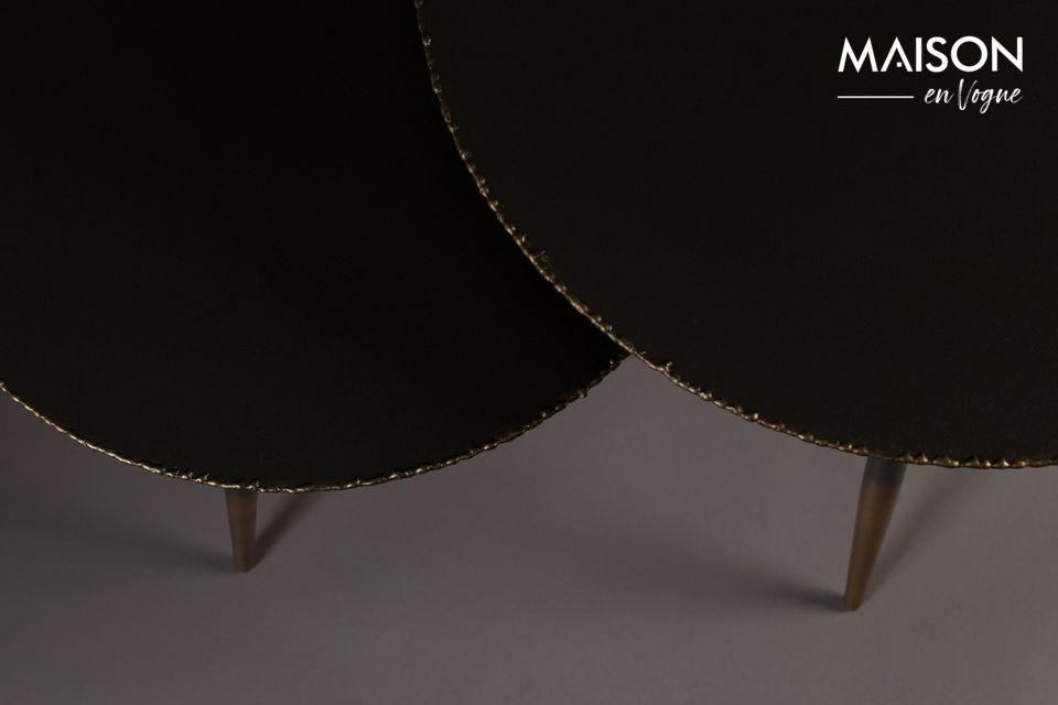 Las 3 patas de huso (44 o 50 cm, dependiendo de la mesa) son elegantes con su acabado lacado en oro