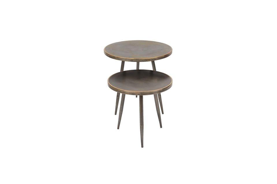Un trípode inclinado y una tapa redonda le dan a estas piezas un aspecto sobrio
