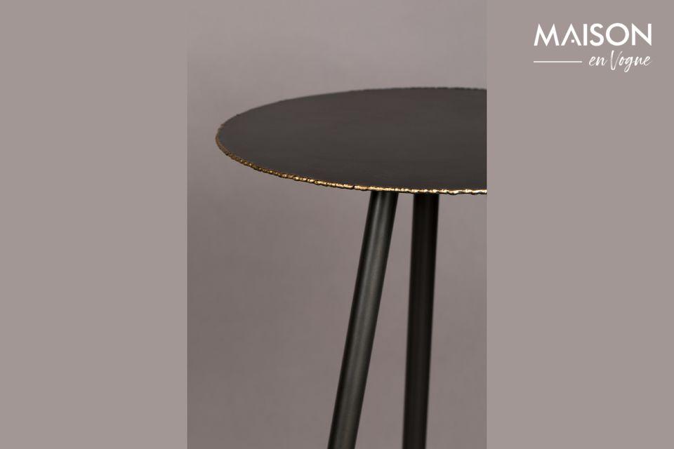 Este mueble descansa sobre unas patas de metal recubiertas de polvo de oro