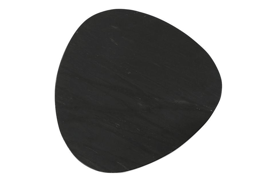 El juego consiste en 3 mesas laterales de mármol negro