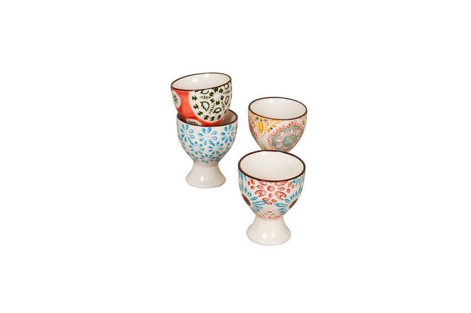 Estas cuatro elegantes copas de huevo de Bohemia están decoradas con motivos gráficos y de