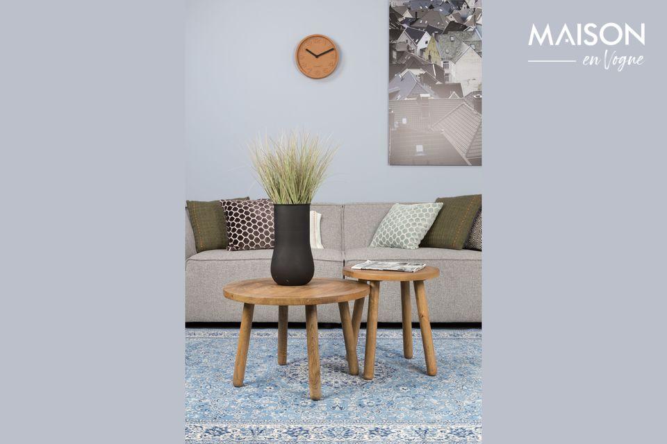 Un gran sofá con un diseño minimalista pero acogedor