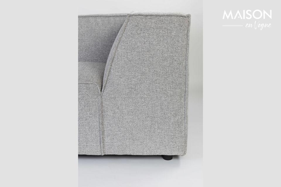 Este sofá puede acomodar a 3,5 adultos sin que se interpongan entre ellos