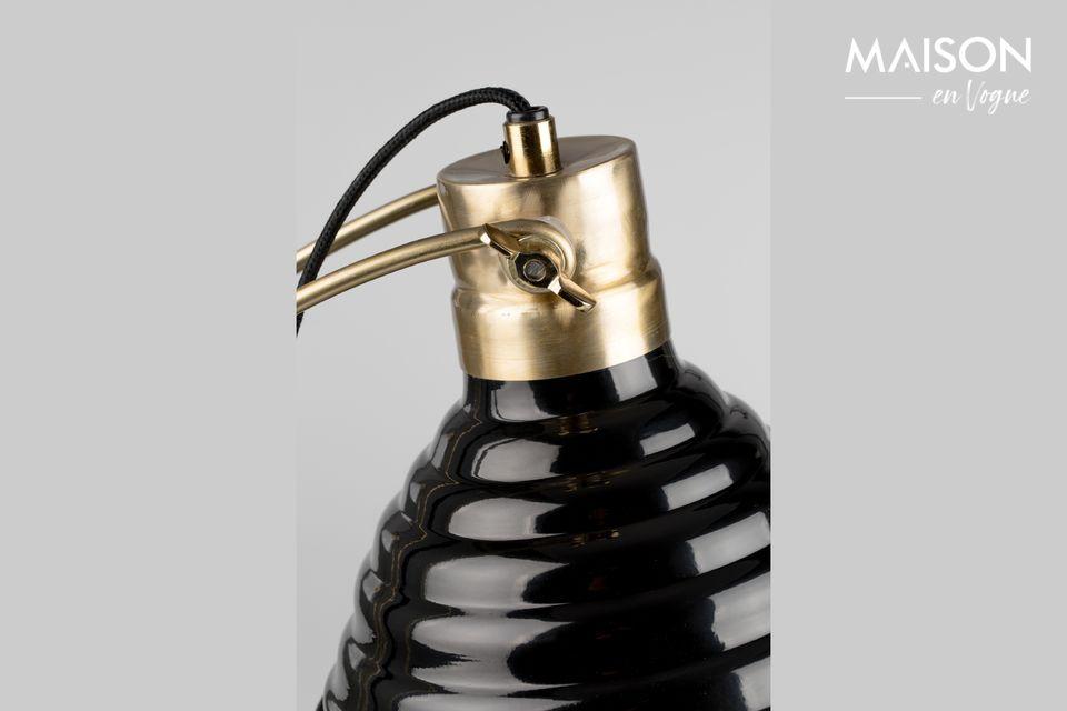 Al elegir la lámpara de escritorio negra Curly, le da un toque moderno y elegante a su escritorio