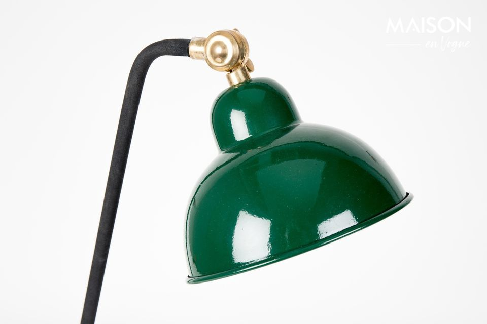 Esta elegante lámpara de escritorio está montada sobre una base lacada negra con un codo de latón