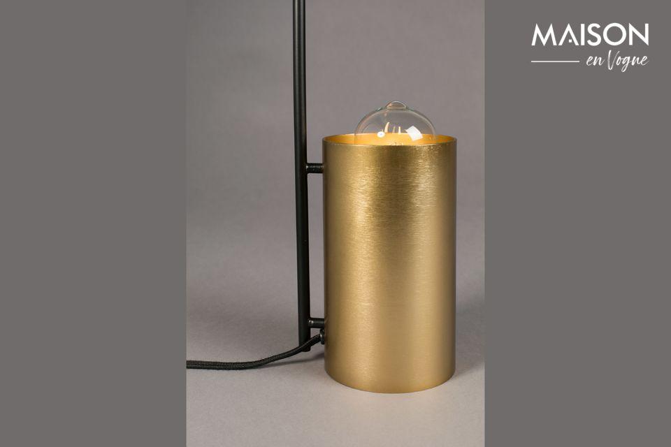 La delicadeza de esta última acentúa la distinción natural de esta lámpara contemporánea