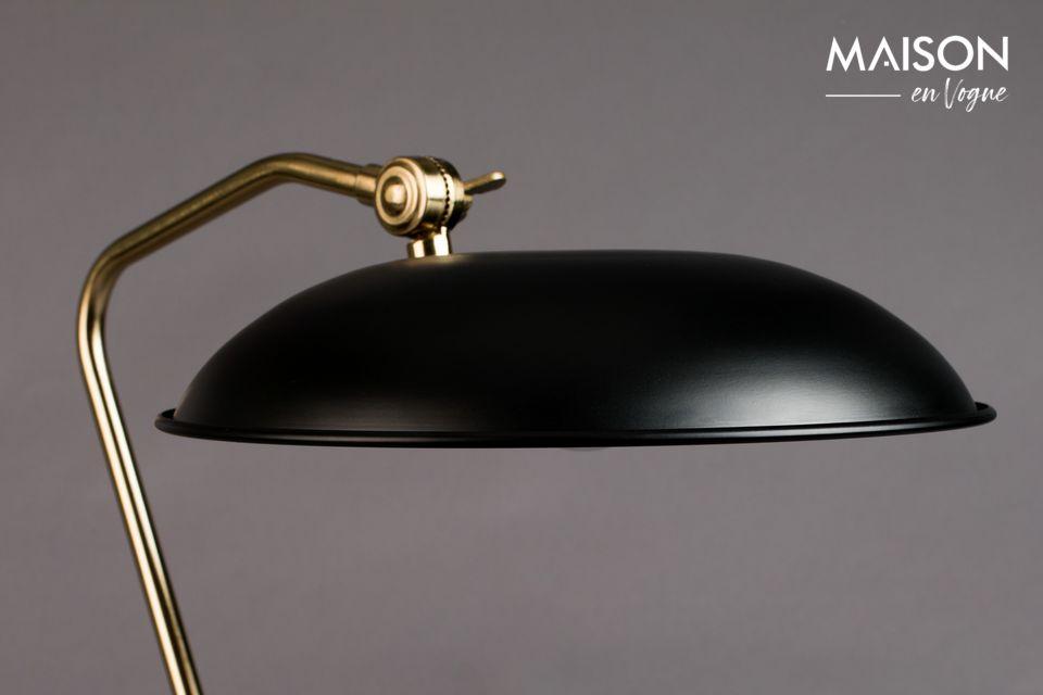 El contraste del negro combinado con los detalles dorados da un toque moderno a esta habitación