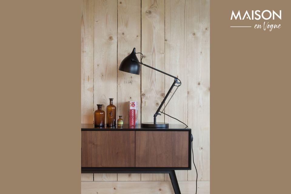 La lámpara de escritorio negro mate del Reader tiene una estructura metálica fijada en una base