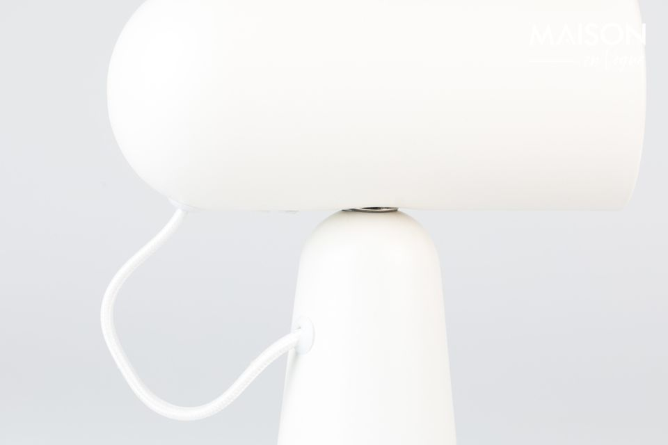 Estética y práctica, la lámpara de escritorio blanca Vesper es un artículo de mobiliario básico