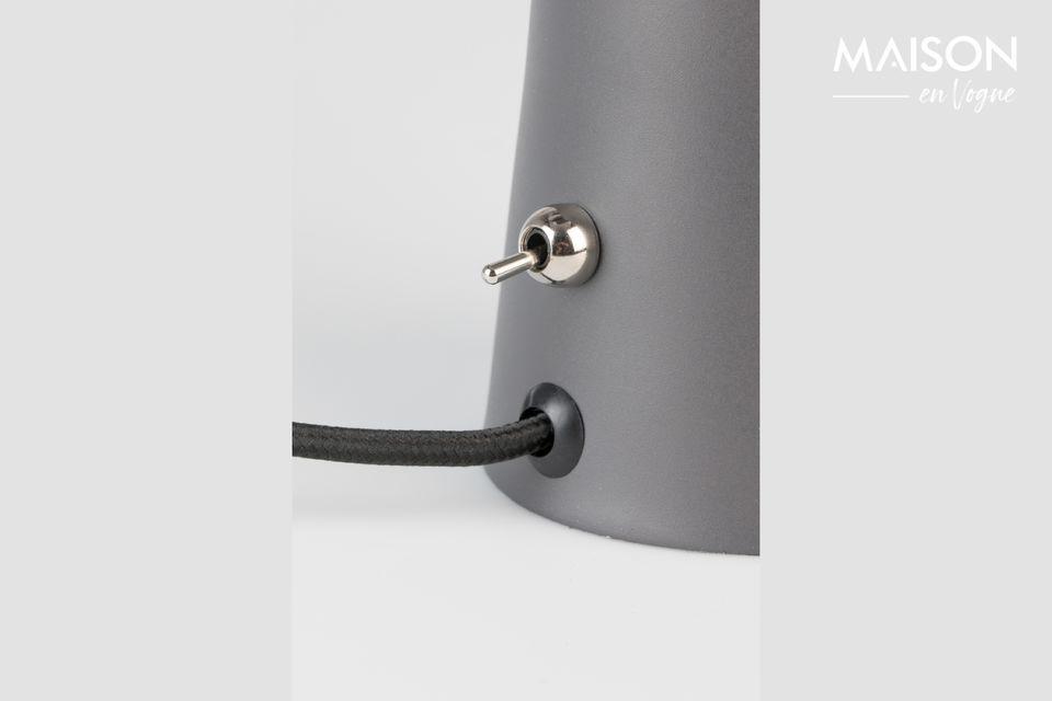 Hecha de hierro cromado lacado, la lámpara es inclinable