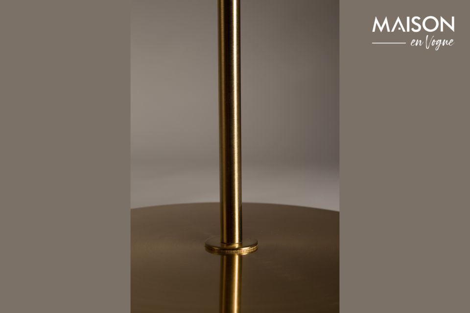 Esta lámpara de suelo de cobre destaca por la sobriedad de sus formas que la convierten en un