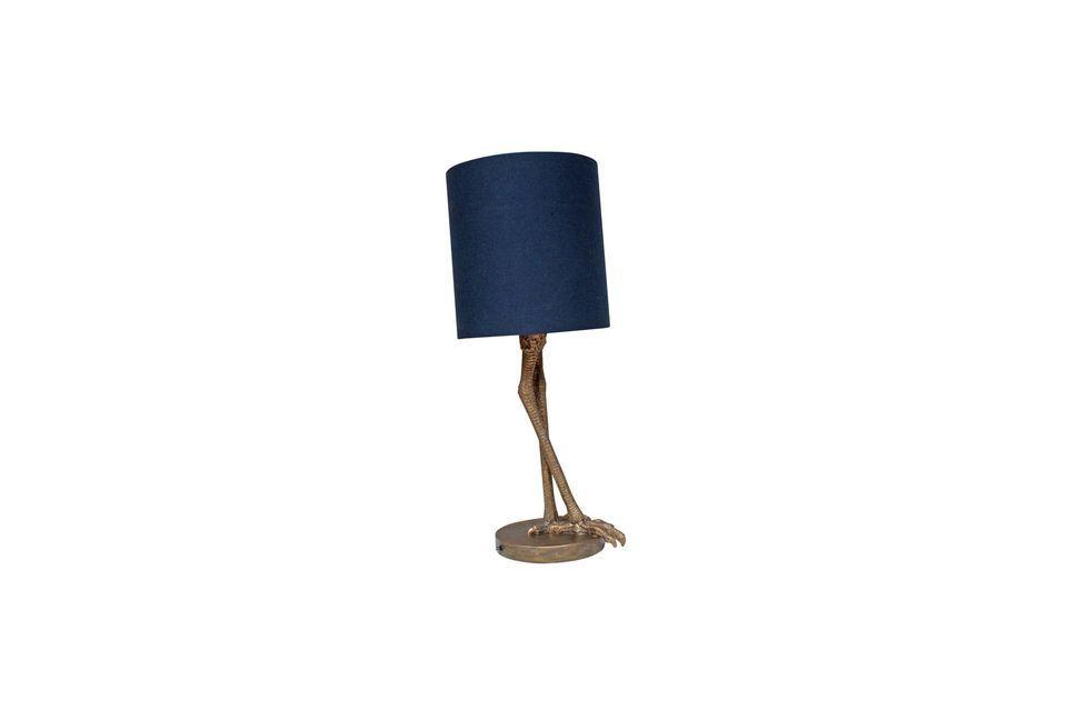 La lámpara de mesa Anda ofrece una clásica y versátil pantalla cilíndrica azul oscura