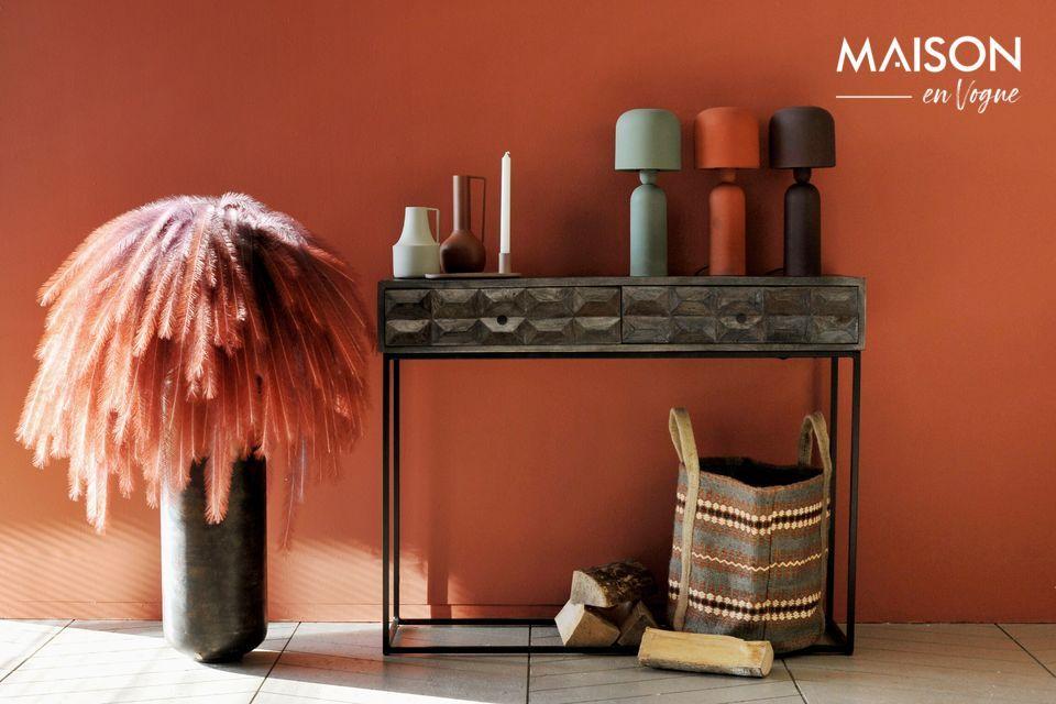 Una lámpara de mesa de formas puras, de color terracota