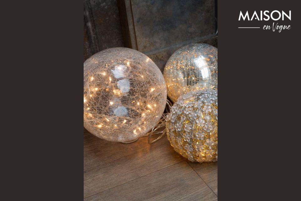 Una lámpara redonda transparente con un patrón de luz de efecto crepitante