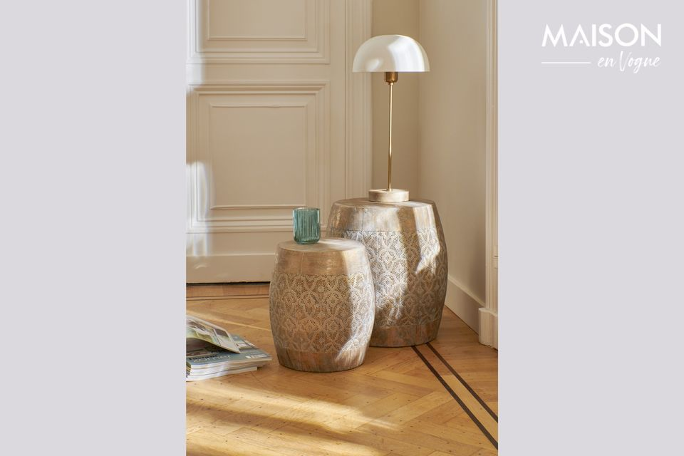 Una elegante lámpara para colocar en un escritorio o una mesa para una cena.