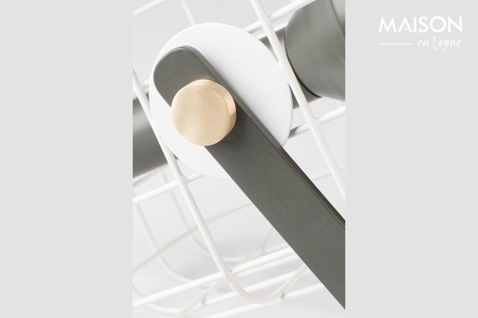 El cuerpo de la lámpara de mesa es de aluminio lacado de color natural con fijaciones de latón
