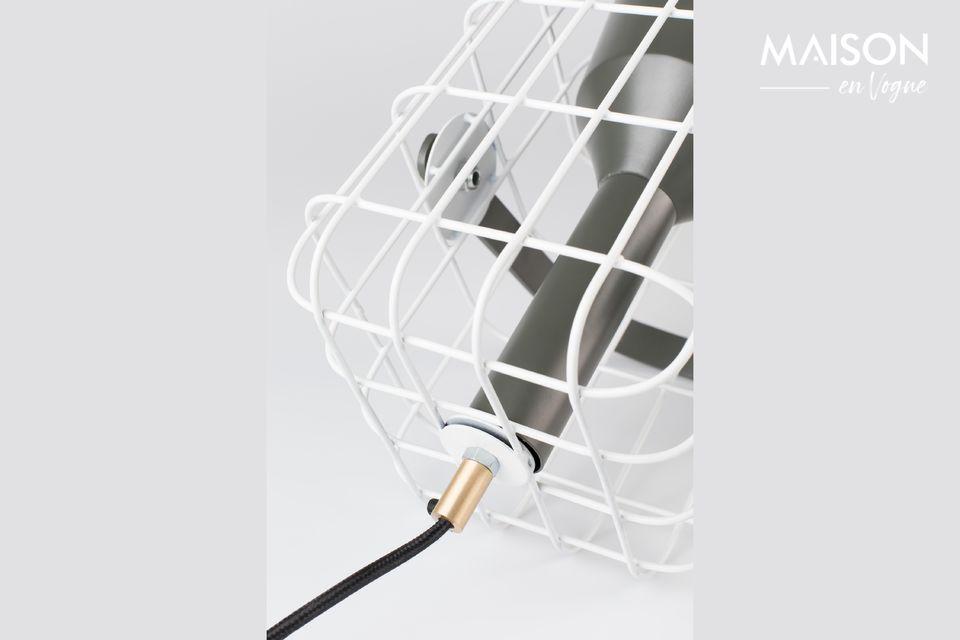La lámpara está rodeada por una jaula blanca de hierro lacado que es agradable a la vista