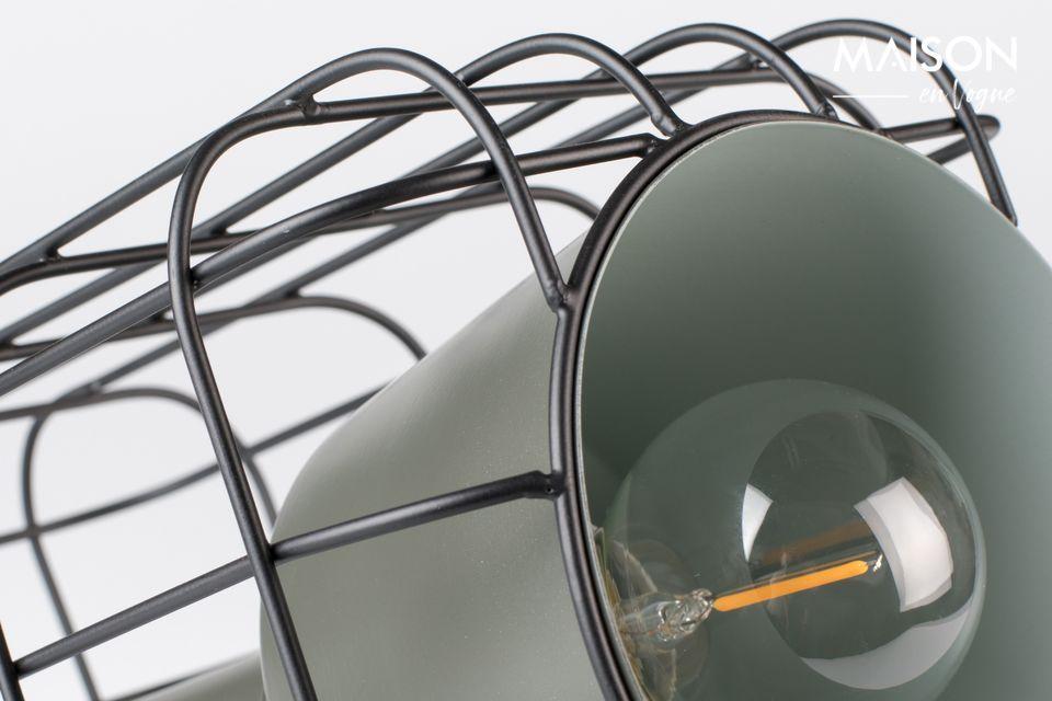 Una lámpara de mesa de diseño en un estilo industrial chic que recuerda a un proyector de cine o