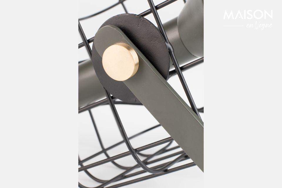 La lámpara está rodeada por una elegante jaula de hierro lacado
