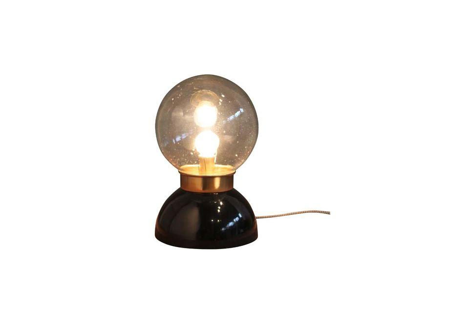 Esta lámpara de mesa de cristal, de 30 centímetros de altura, es completamente circular
