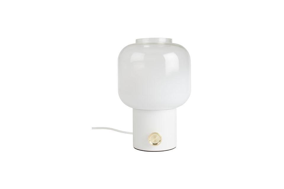Un gran pomo redondo de color oro es una parte integral del diseño de la lámpara