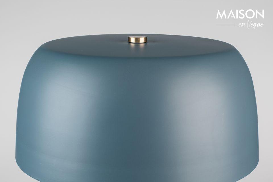 Como un elegante hongo sobre una mesa, la lámpara tricolor azul Muras difunde una luz suave