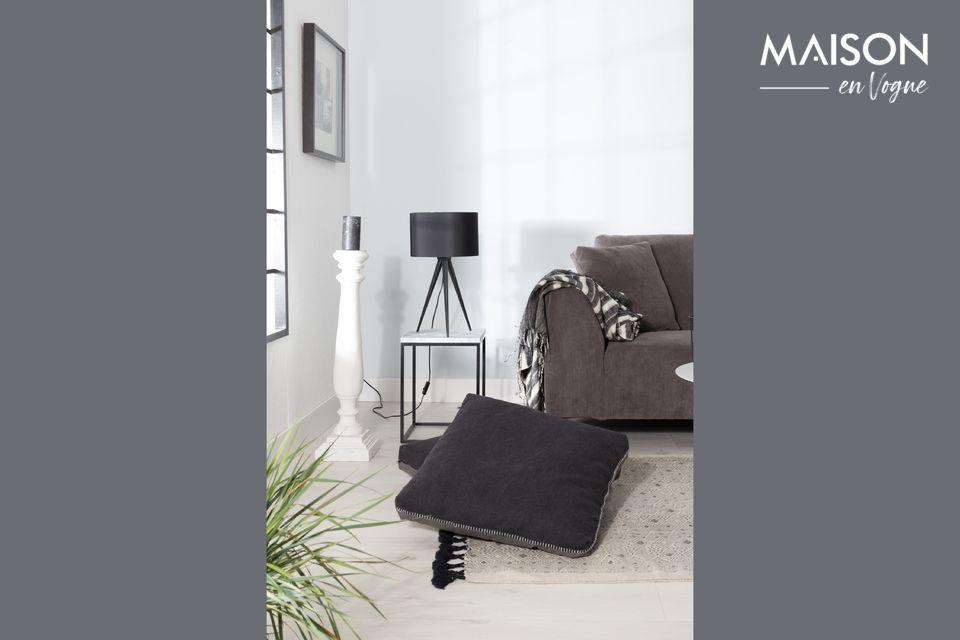 Una lámpara de mesa muy elegante, de color negro