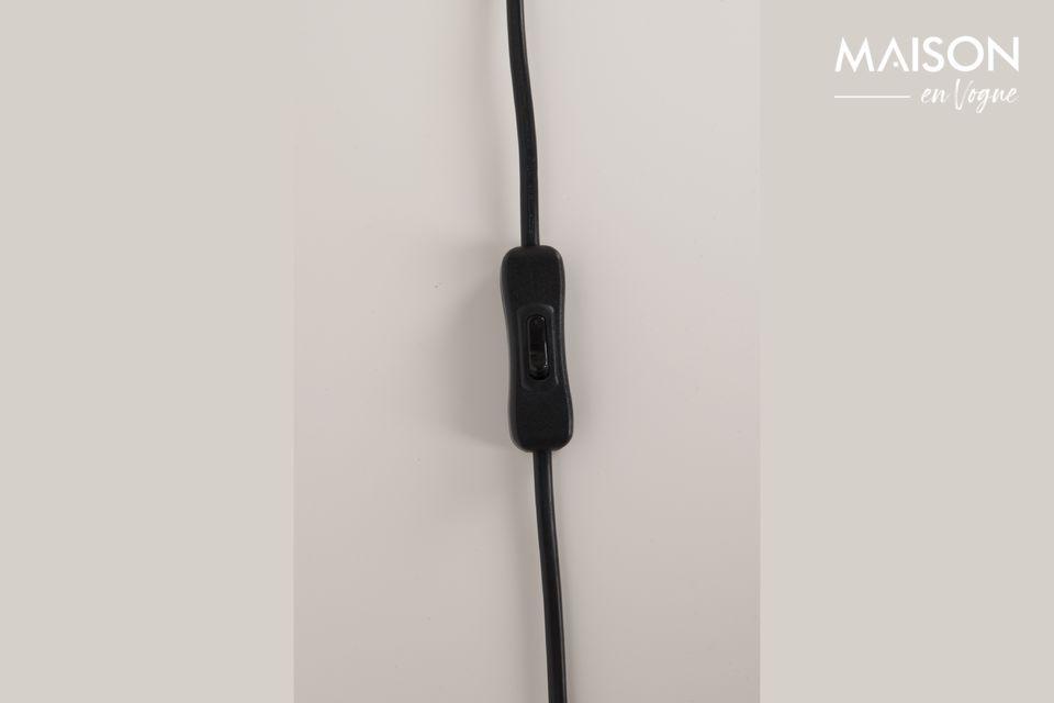 Estable y elegante, esta lámpara de mesa se apoya en un trípode de hierro pintado de negro