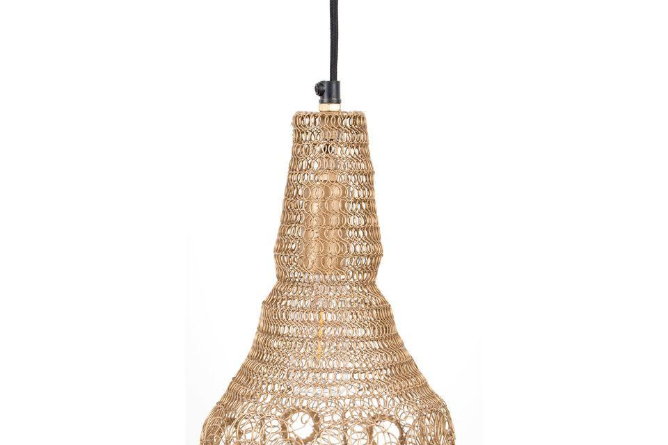 Pero la pantalla de la lámpara está hecha en realidad de malla de hierro lacado en plata mate en