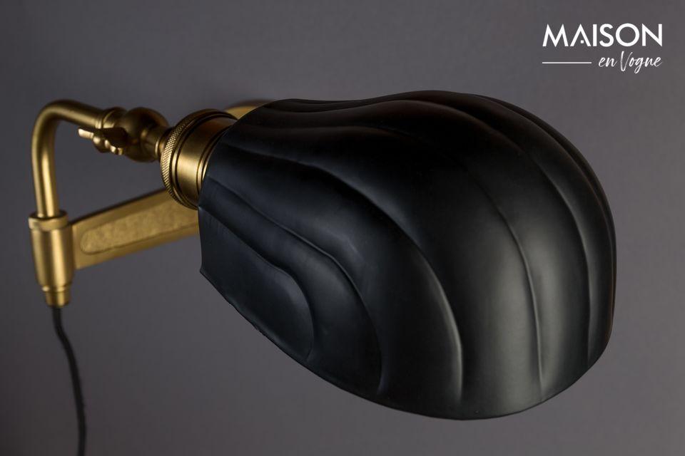 El brazo y el enchufe son de hierro con acabado de latón