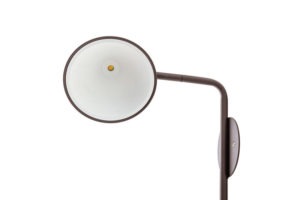 Esta lámpara de pared de metal se adapta a cualquier interior moderno